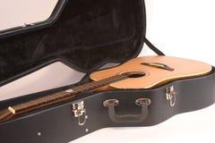 Guitare acoustique et cas Images stock