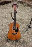 Guitare acoustique et paille à une ferme Photos stock