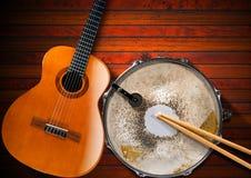Guitare acoustique et vieux tambour de piège Photo libre de droits