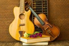 Guitare acoustique et violon Images stock