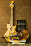 Guitare acoustique et violon Photos stock