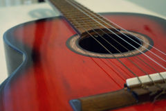 Guitare acoustique rouge Images stock