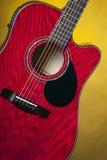 Guitare acoustique rouge sur le jaune Photo stock