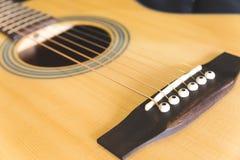 Guitare acoustique sur le fond Images stock