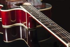 Guitare acoustique sur le fond noir images libres de droits