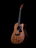 Guitare acoustique sur le fond noir images stock