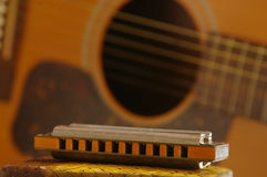 Guitare avec l'harmonica Photos stock
