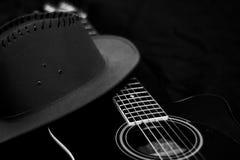 Guitare avec le chapeau Photographie stock libre de droits
