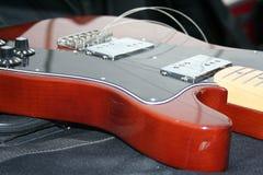 Guitare avec les cordes cassées Images libres de droits