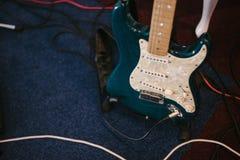 Guitare basse électrique se tenant à l'intérieur étroite  photos stock