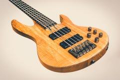 Guitare basse électrique sur blanc - rétro style images stock