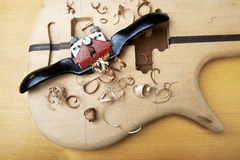 Guitare basse en construction Image stock