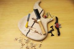 Guitare basse en construction Photo libre de droits