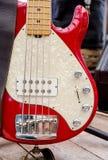Guitare basse, se tenant sur l'étape Photographie stock