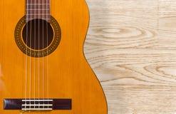 Guitare classique au-dessus d'une texture en bois Images libres de droits