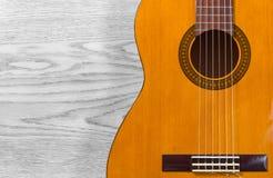 Guitare classique au-dessus d'une texture en bois Photographie stock libre de droits