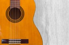 Guitare classique au-dessus d'une texture en bois Image stock