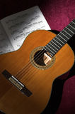 Guitare classique avec la musique de feuille Image stock