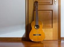 Guitare classique de Sunlith dans une chambre Images libres de droits