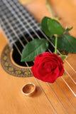 Guitare classique et Rose rouge Image libre de droits