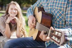 Guitare d'adolescent et de fille Image libre de droits