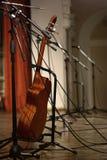 Guitare dans la salle de concert Photographie stock