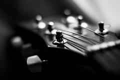 Guitare dans le blanc noir de n avec le beau bokeh Images stock