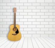 Guitare dans le fond vide de chambre Image stock