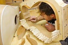 Guitare de bâtiment de travailleur du bois dans l'atelier Photographie stock