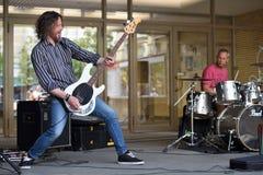 Guitare de jeu de musicien dans le jour de musique de rue Image stock