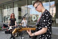 Guitare de jeu de musicien dans le jour de musique de rue Photos stock