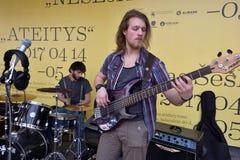 Guitare de jeu de musicien dans le jour de musique de rue Photographie stock