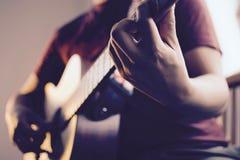 Guitare de jeu mâle caucasienne Image libre de droits