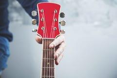 Guitare de main d'homme photographie stock libre de droits