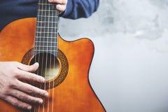 Guitare de main d'homme photographie stock