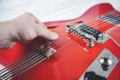 Guitare de main d'homme image libre de droits