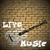 Guitare de musique en direct sur un fond de brique Photographie stock libre de droits