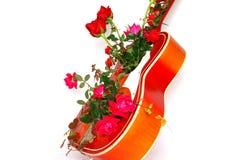 Guitare de Valentine dans les roses Images libres de droits