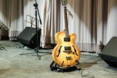 Guitare en bois Photographie stock
