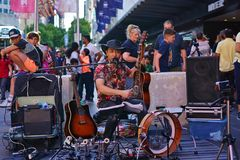 Guitare et chant de participation de musicien de rue photo stock