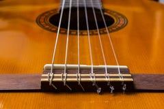 Guitare et ficelles classiques et le pont photographie stock libre de droits