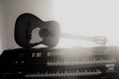 Guitare et piano photographie stock libre de droits