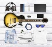 Guitare et usage et accessoires sur une surface en bois Photographie stock libre de droits