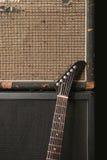 Guitare et vieille pile d'amplificateur Photo stock