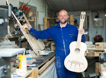 Guitare-fabricant à l'atelier photo stock