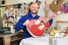 Guitare-fabricant à l'atelier photos libres de droits