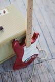 Guitare jaune de vintage aplifier avec le câble et la guitare électrique rouge Images stock