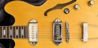 Guitare jaune sur le tapis Photographie stock