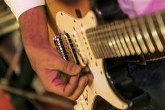 Guitare jouée par un type photo stock