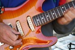 Guitare jouant des mains avec la tache floue de mouvement Images libres de droits